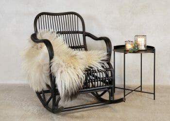 Enkel stablestol i sort, sete og rygg igrått stoff, skall i
