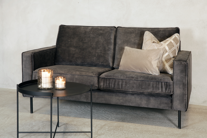 Roya 2 seter sofa velour 68 mørk grå skrå kald