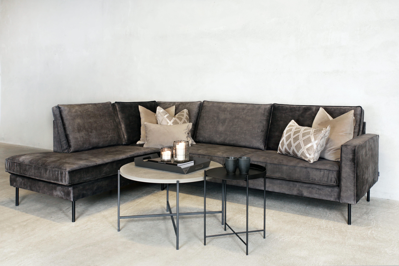 Roya 3 seter sofa med sjeslong velour 69 mørk grå