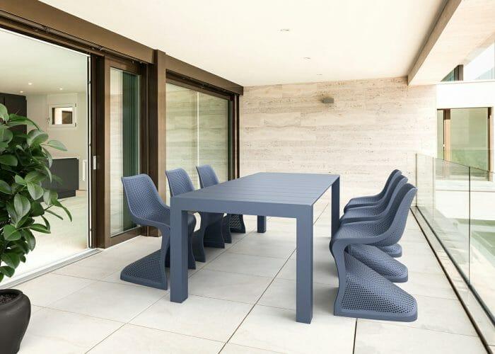 """Bilde av våre plaststoler """"Bloom"""" og uttrekksbordet """"Vegas""""."""