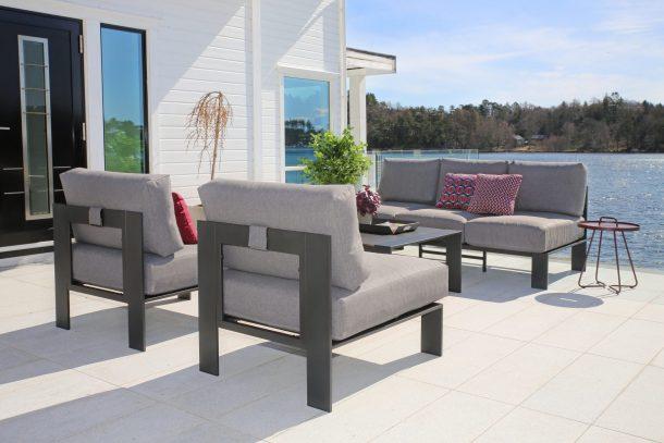 Hagemøbler. En 3seter sofa, bord og to stoler med grå puter